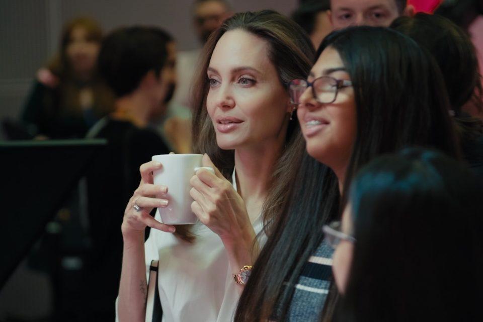 Η Angelina Jolie συνεργάζεται με τη Microsoft Education και το BBC με σκοπό να παρέχει στα παιδιά δημοσιογραφία υψηλής ποιότητας.