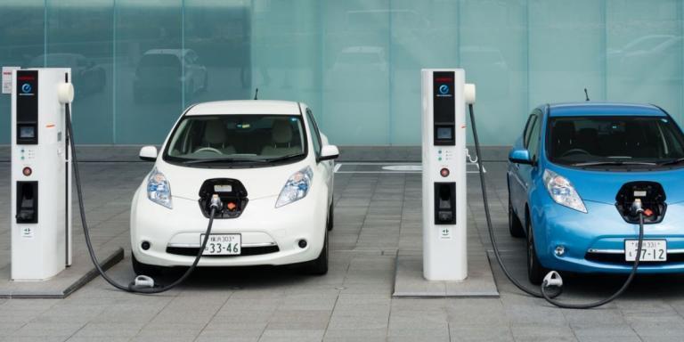 """""""Στην πρίζα"""" η χωροθέτηση υποδομών φόρτισης για τα ηλεκτρικά οχήματα σε όλους τους δήμους της χώρας"""
